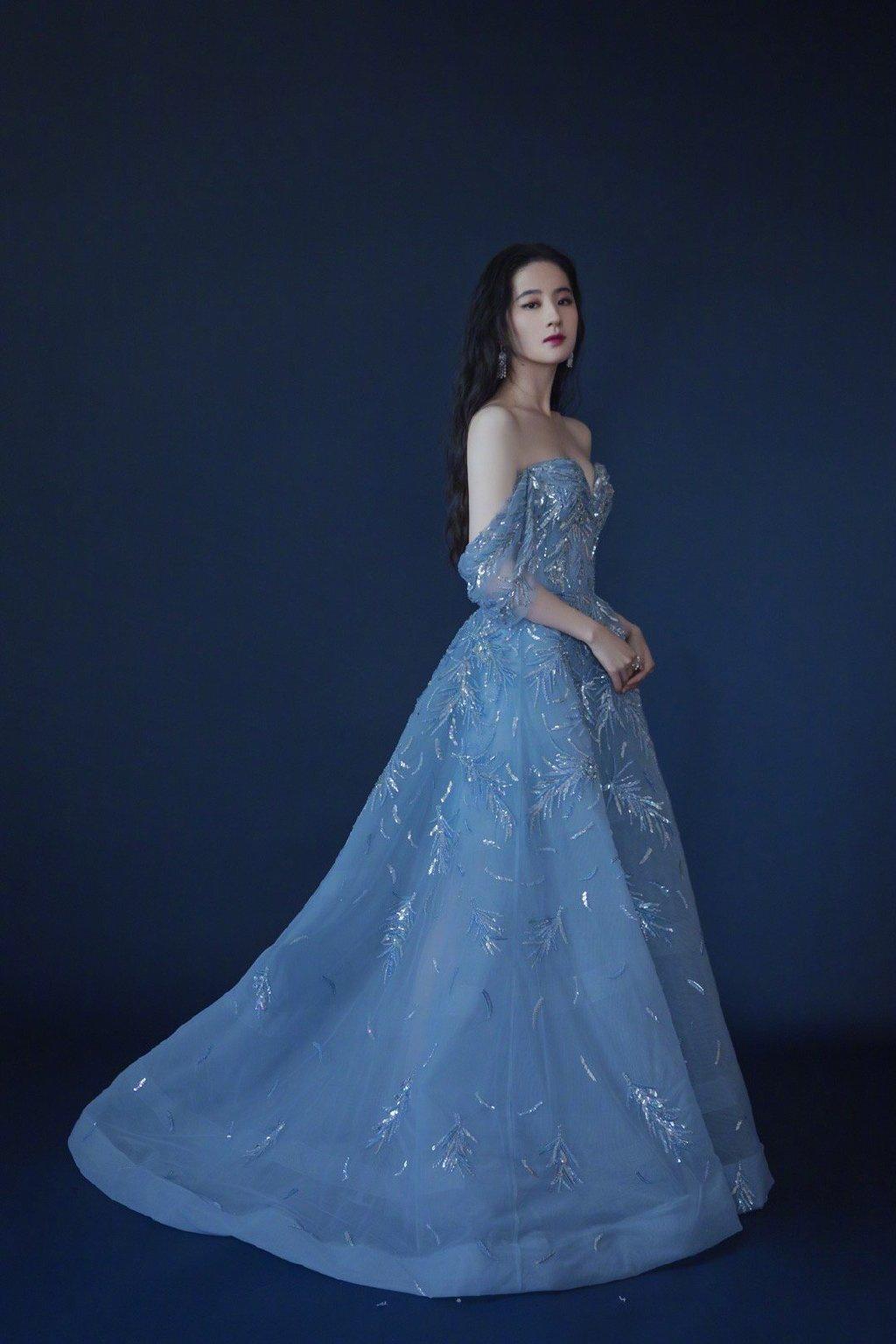 仙女本仙!劉亦菲穿淺藍色薄紗閃片禮裙一字肩優越