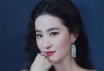 5月7日,刘亦菲出席活动并晒出礼服美照。照片中的她一袭浅蓝色薄纱高定礼裙,裙身上点缀着精美的蓝色珠片刺绣,一字肩锁骨杀惊艳,微卷长发,钻石珠宝,是正在用美貌好好营业中的神仙姐姐啊!