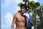 """当地时间5月30日,美国迈阿密,""""萌德""""肖恩·蒙德兹和女友""""卡妹""""卡米拉·卡贝洛现身海滩度假,""""泡面头""""情侣大方放闪。"""