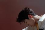 6月3日,吴宇恒全新杂志封面大片曝光,演绎属于少年的夏日梦境。封面中,吴宇恒身穿白色毛衣,置身于飞鸟光影之中,氛围感瞬间拉满。