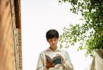 恰逢2021年高考首日,电视剧《理想照耀中国》播出由王俊凯主演的《远方,不远》单元。该单元以港珠澳大桥岛隧工程项目总经理、总工程师林鸣为人物原型,讲述林鸣在得知1977年恢复高考后,面对命运的感召,毅然放弃稳定的生活,站在全新的起跑线,从大学生一步步成长为大国工匠的励志故事。