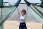 """6月8日,卢靖姗在社交平台上分享了一组度假美照,并配文:""""拥抱夏日海风"""",照片中的卢靖姗状态极佳,面对镜头自然大方,明朗活泼的气质充满感染力。"""
