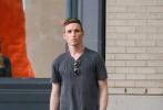 """当地时间6月7日,美国纽约,""""小雀斑""""埃迪·雷德梅恩现身街头。当天,小雀斑一身休闲穿搭独自出街购物,中途倚墙翘脚,慵懒的姿态打电话,好似男模在拍画报。"""