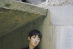 6月8日,吴宇恒最新杂志大片释出,花园复古胶片风格诠释独特夏日影像。在曝光的时尚大片中,吴宇恒造型风格多变。无论是利落随性的亮绿色点缀廓形毛衣,还是张扬个性的红色西服套装,或是经典绅士的双排扣黑色呢子外套,在夏日绿荫和玫瑰花园的映衬下,通过吴宇恒饱满的情绪传达,浪漫文艺的氛围感瞬间拉满。