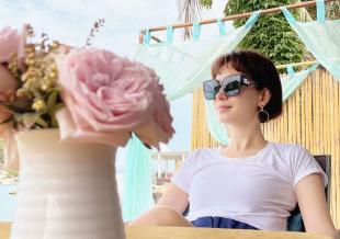 卢靖姗分享海边度假美照 简约穿搭展示夏日活力