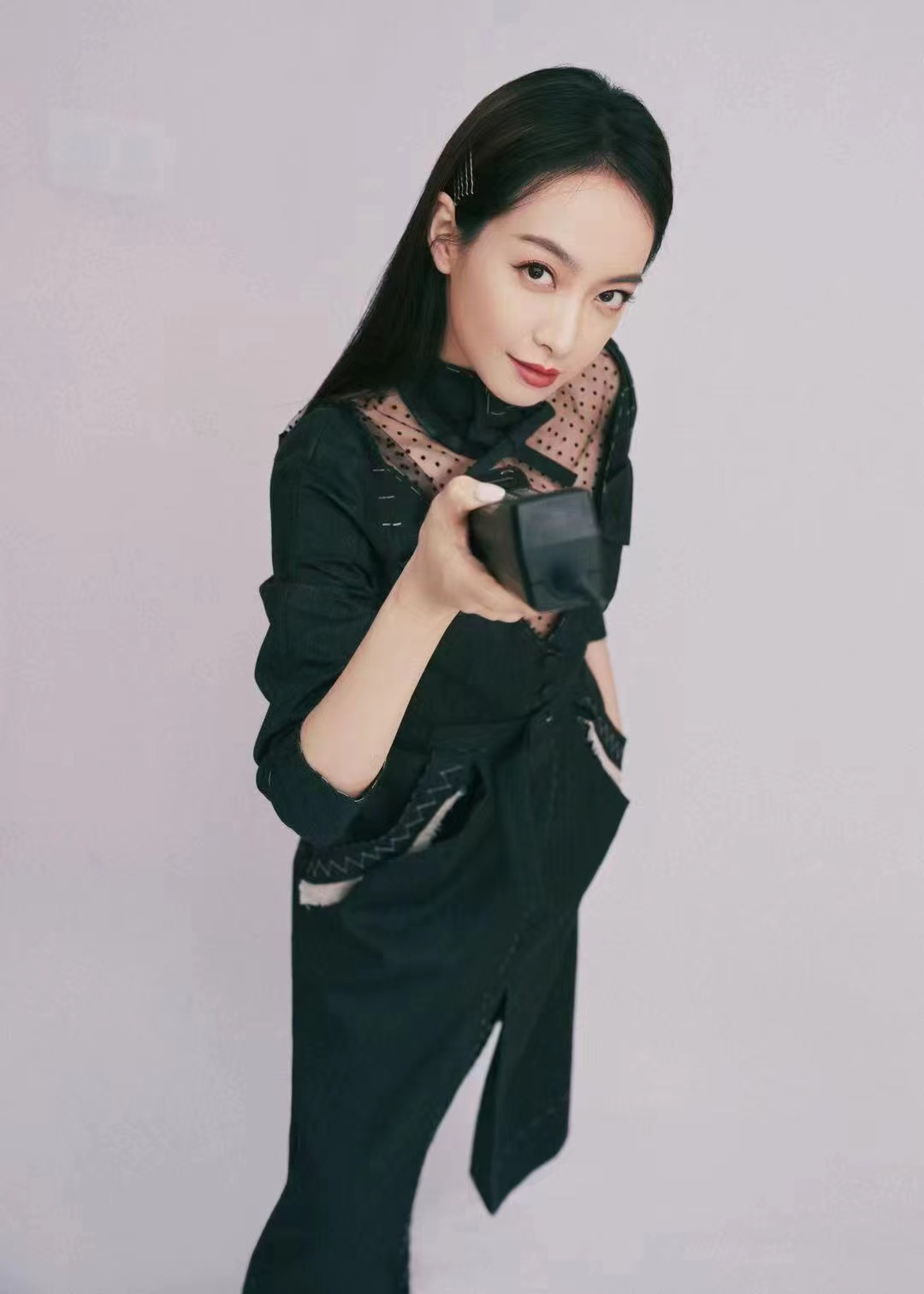 宋茜现身时尚展览活动 黑色构撕边裙彰显个性魅力