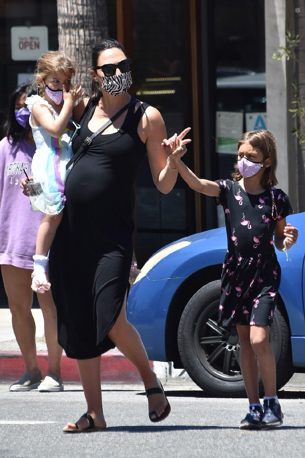 真超英!盖尔·加朵出街 孕肚高耸依旧单臂抱女儿