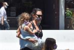 当地时间6月9日,美国洛杉矶,盖尔·加朵带着两个女儿现身街头。当天,加朵穿着黑色吊带裙,梳着马尾全副武装带着女儿们去吃午餐。照片中,加朵的孕肚高耸,虽然不时扶腰略显疲惫,但小女儿请求抱抱时,加朵依旧展现出妈妈力,单臂抱着女儿前行。