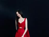关晓彤白玉兰颁奖礼造型曝光 开叉长裙尽显好身材