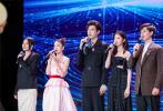 """6月12日,由新浪微博、电影频道联合主办的2021年微博电影之夜在上海举行。盛典活动由电影频道主持人蓝羽及电影人黄晓明共同主持,百余位嘉宾影人欢聚一堂,共襄年度光影荣耀。以电影之名,20项荣誉悉数揭晓,多位电影人及多部年度佳片分获殊荣。其中,华语电影杰出贡献导演及演员荣誉分属张艺谋与成龙。现场与倪妮、刘浩存等""""弟子""""动情分享从艺体悟的张艺谋,更携手另一位""""高徒""""章子怡,以艺术指导身份开启2021年度星辰大海青年演员优选计划。"""
