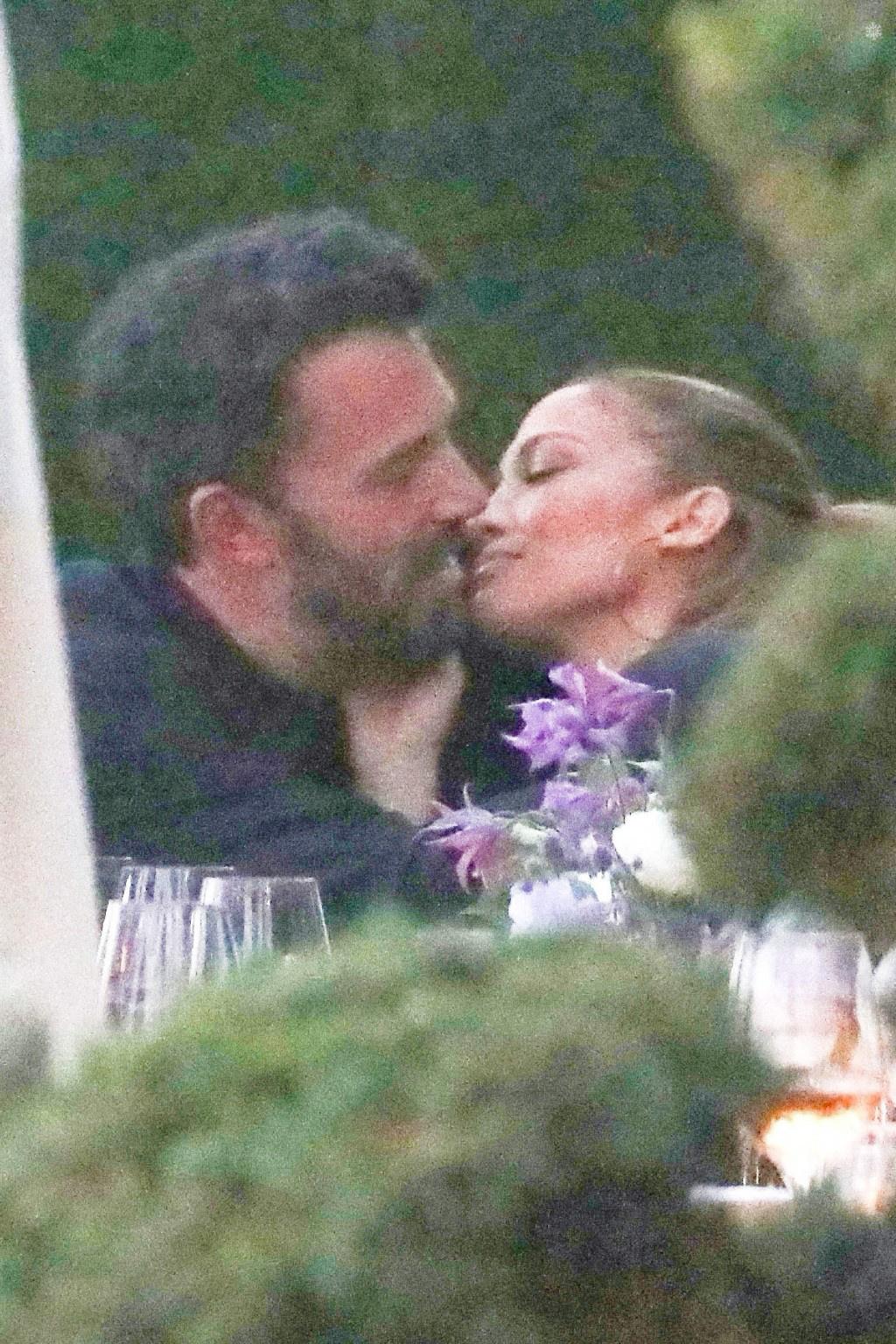 大本带詹妮弗子女聚餐 热恋情侣毫无顾忌街头热吻