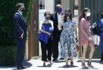 当地时间6月14日,美国布莱特伍德,本·阿弗莱克和前妻詹妮弗·加纳,一同出席二女儿塞拉芬娜·阿弗莱克毕业典礼。当天,大本一身深蓝色西装现身英姿飒爽,詹妮弗·加纳身穿碎花长裙优雅十足。典礼结束后詹妮弗离开,大本带着儿女们和老妈前去聚餐,一家人其乐融融。