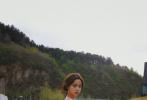 """6月15日是欧阳娜娜21岁的生日。当天,娜娜在社交平台分享一组个人生日写真,照片中的她置身山水之间,身着粉色吊带连衣裙,肆意随风舞动,犹如小鹿般优雅灵动,让人忍不住直呼""""小仙女""""!"""