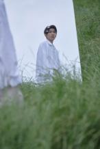 王源新专曝写真!穿清爽白衬衫和少女绿地中奔跑