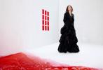 6月15日,Angelababy成为《Wonderland》6月刊封面人物大片曝光。空白房间里,赤色的潮汐将复杂的情绪席卷而来,Baby身着纯黑长裙,以轻松随意的姿态,诠释别样时尚氛围感。