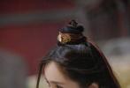 6月17日,《密室大逃脱》释出最新剧照写真。杨幂在最新一期节目中身穿红白色相间的古装,对镜头摆各种姿势,女侠气息十足,古灵精怪的模样十分可爱。  