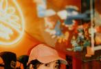 近日,沈月曝光一组胶片风生活照写真。照片中她身穿工装风套装,头戴棒球帽,佩戴各种搞怪玩具,表情鬼马俏皮,童趣十足。