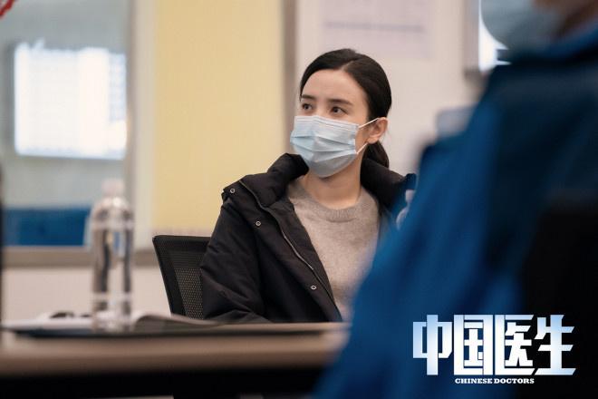 《中国医生》曝剧照 张涵予易烊千玺致敬平凡英雄