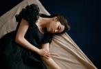 6月18日,欧阳娜娜为《OK!精彩》拍摄的娜少女故事大片释出。照片中,欧阳娜娜穿着复古白裙,安静又美好,凝视镜头眼神十分治愈。黑色西装外套搭蓝色丝袜造型,一头蓬松的长卷发,优雅又知性。