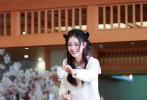 6月18日,工作室更新了最新一期《奔跑吧》中Angelababy的造型。照片中,Baby一头粉色挂耳染卷发,俏皮可爱,头上还装饰了Blackpink成员JISOO同款发饰,身穿粉色蝴蝶结衬衫搭配黑色蓬蓬裙元气又甜美。