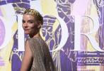 """当地时间6月17日,雅典,安雅·泰勒-乔伊现身2022春夏奢牌高定时装秀,安雅当日造型完美诠释""""仙女下凡""""四个字。麻花编发造型,搭配亮钻薄纱吊带披风裙,半透视裙摆下是一双修长双腿,整套造型完美复刻古希腊女神的形象。"""