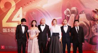 《东北虎》亮相上影节闭幕式 马丽造型优雅知性