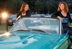 2021年是经典公路片《末路狂花》上映三十周年,两位女主角苏珊·萨兰登和吉娜·戴维斯也再度聚首,与编剧卡利·克里一道亮相三十周年慈善放映会。主办方还专门找来了当时的重要道具——1966款蓝色福特雷鸟车。两位女主角在车上还原了经典画面,还热情拥吻,掀起观众的回忆杀。