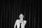 6月20日,张柏芝最新品牌活动写真曝光,一袭白色短袖夹克搭配同色阔腿裤,整体造型酷飒性感,黑白光影之间演绎超强时尚驾驭力,搭配精致腕表配饰,举手投足尽显典雅高贵气质。
