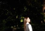 日前,徐艺洋受邀出席品牌大秀晚宴活动,并发布了一组丛林外拍大片。当晚,她身着经典款白色长袖衬衫,外搭黑色降落伞布半身裙,黑白配色学院风质感十足,红唇白肌净显冷艳气质。徐艺洋丛林光驳大片在午后的暖阳氛围中与树影倾泄的光影之下,充满了神秘气息与氛围感。
