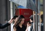 近日,Angelababy杨颖现身上海,出席某活动。当天,她身穿一件V领无袖黑色长裙,收腰的设计凸出曼妙身材,波浪长发披肩,搭配烈焰红唇,女人味十足。