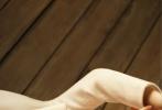 6月29日,古力娜扎为《MadameFigaro》拍摄的7月刊封面大片释出。古力娜扎本就精致的五官加上干净利落的短发显得更有气质,长而密的睫毛让一双大眼睛更加迷人。针织修身长裙完美凸显腰身,黑色直筒长靴加持,更是摩登酷飒感拉满,扑面而来的复古气息,凌厉又飒气。  