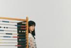 6月29日,佟大为的女儿佟知霏为《N尼龙》拍摄的时尚大片曝光。照片中,13岁的佟知霏穿着白色蕾丝裙,五官精致立体。整组大片佟知霏的造型也非常的复古韵味,宝石耳饰、蕾丝材质长裙,健康的小麦肤色搭配一头黑长直的秀发,笑容甜美,港范十足。  