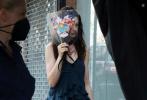 当地时间6月25日,美国纽约,安妮·海瑟薇现身新剧《We Crashed》拍摄现场。片场,安妮·海瑟薇又解锁两套剧中造型。深蓝色木耳边吊带塔裙,配及踝短靴秀出白皙、纤长美腿,披肩长卷发甜美迷人。