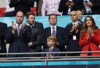 当地时间6月29日,英国伦敦,2020欧洲杯1/8决赛,英格兰Vs德国。英国王室威廉王子一家三口现身观战,与大卫·贝克汉姆、罗密欧·贝克汉姆父子同框,诸多名人也现身观众席,其中包括歌手艾德·希兰,埃利·古尔丁与丈夫等。