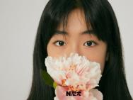 佟大为13岁女儿首拍大片 小麦肤色尽显复古港风范
