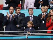 威廉王子一家三口观欧洲杯决赛 与小贝父子同框