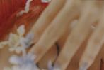 近日,郭采洁登《Theicon》杂志夏季刊封面大片公开,红色火焰发型和前卫的造型无一不彰显其纯粹的时尚态度,逃离束缚,敢于游牧。