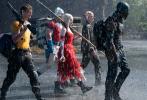 近日,DC旗下影片《X特遣队:全员集结》公布了海量剧照。从剧照上,我们能看到影片中的那些恶棍的角色一一登场亮相。更加关键的是,整部影片充满了大场面和混不吝的特色。从剧照中看,影片将会混搭科幻、魔幻、写实、喜剧等等风格,尤其是非人类角色的加入,让这种混搭的质感更是强烈。