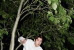 7月5日,吴宇恒一组全新时尚大片释出,水墨印花牛仔套装凸显清新文艺的少年气,撞色拼接皮衣诠释酷帅朋克机车风,绿色衬衫蓝白针织马甲搭配米色风衣温暖明媚。吴宇恒身穿丝质印花高领衫置身于花丛中悠然自得,漫步在夏日北京夜晚的街头,享受属于少年的快乐。