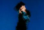 7月4日,杨幂为《ELLE世界时装之苑》拍摄的8月刊、红蓝双封大片解锁。杨幂以全新的金发齐刘海造型出镜,红唇美艳,身穿蓝色羽毛连衣裙或是豹纹吊带搭红色皮裙,演绎另类时尚,气质超绝。