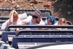 当地时间7月3日,美国加州,本·阿弗莱克带一双儿女和女友詹妮弗·洛佩兹到游乐场约会。洛佩慈穿着白色吊带,一头谣言的金色卷发和热辣的身材很是惹眼。在乐园中穿行时二人不仅毫无遮掩,大本还一直与詹妮弗·洛佩兹十指紧握,好似连体婴一刻都不能分离。