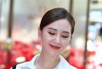 """7月6日,刘诗诗在上海出席腕表活动,她身穿白衬衫搭配黑色背带,低马尾造型利落尽显优雅,置身""""花海""""中举手投足女神范满满,歪头赏花大秀天鹅颈。刘诗诗当天的妆容也十分精致,简单的奶茶色眼妆尽显温柔,不过有网友发现妆容再精致,也难藏灿笑时眼角的细纹。  """