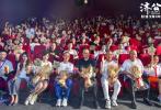 """7月5日,即将于7月16日上映的电影《济公之降龙降世》于杭州举办""""后生皆可畏,英雄出少年""""首映礼。现场,总导演兼总制片人刘志江分享了电影六年的制作艰辛及幕后故事,以及电影即将等待观众检阅的忐忑心情。首映礼上,导演乔彧、艺术总监王伟到场亮相,浙江各界领导嘉宾莅临现场,张承军的一首《鞋儿破 帽儿破》将现场氛围燃至最高,无数人的童年回忆交织到来。"""