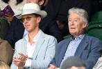 """当地时间7月6日,""""卷福""""本尼迪克特·康伯巴奇带着老爸蒂莫西·卡尔顿现身温网赛场。当天,卷福一身浅蓝色西装三件套,头戴白色礼帽盛装观赛,身边的老爸也是蓝色系的西服,父子二人尽显英伦绅士范儿。一同观赛的阵容也十分豪华,""""卷福""""的身边还坐着英国歌手奥利·莫尔斯,附近还有Jessie J、路易斯·卡帕尔迪。  """