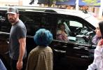当地时间7月6日,纽约,本·阿弗莱克和詹妮弗·洛佩兹外出约会,二人带着洛佩兹的女儿艾姆和儿子麦克斯出街购物,洛佩兹在大本爱车副驾驶就坐,女主人派头十足。