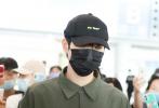 7月9日,魏大勋亮相北京机场,头戴棒球帽单手插兜淡定前行,身着灰色衬衫宽宽大大,搭同色系休闲裤,看起来状态低迷,清瘦不少。
