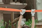 7月13日,《密室大逃脱》释出最新一期剧照。杨幂身穿黑色工字背心将好身材展现得一览无余,搭配黑色工装裤气场全开。双臂挂安全带,凸显紧致手臂线条,眉头微蹙,飒爽干练;打起架子鼓气势逼人,又美又野。