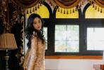 7月15日,工作室分享了杨幂参加时尚活动的两套LOOK美照。先以黑白配色的西装公主蓬蓬裙亮相,裙装拖尾设计提高气场,衣领深V设计巧妙秀出傲人上围,来势汹汹;另一套裸色闪光激短裙装,秀出优越的白皙美腿,搭配黑色长卷发妩媚撩人,是红毯QUEEN没错了。