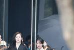 """7月19日,《萌探探探案》最新一期全员""""穿越""""到《欢乐颂》剧组,在杭州展开录制,""""欢乐颂五美""""中的杨紫与蒋欣重聚,再现邱莹莹和樊胜美这对好姐妹合体的画面。"""