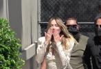 """近日,""""小丑女""""玛格特·罗比现身洛杉矶街头。当天,她身穿一套白色波点超短裙,搭配黑色高跟鞋,可爱俏皮又性感。看到粉丝的她,还热情地冲粉丝甜笑,并送上飞吻。"""